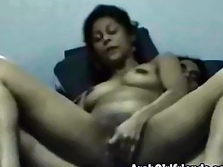 Arabian girlfriend gets fucked on the bed by her lover