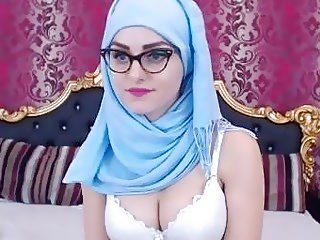 Arabian slut plays with her cunt in bed all alone